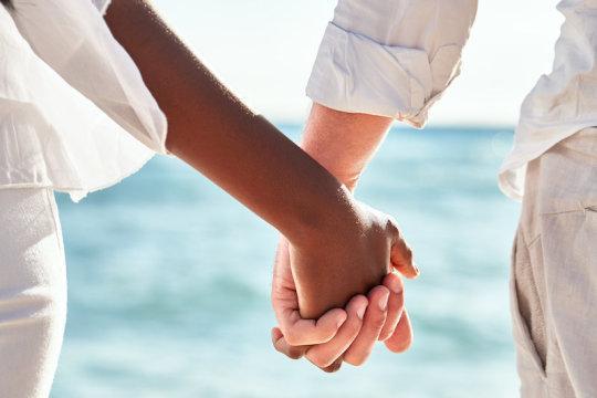 Couple holding hands (stock image). Credit: © kobeza / Adobe Stock